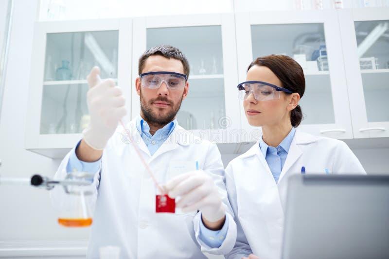 Nachwuchswissenschaftler, die Test oder Forschung im Labor machen stockbild
