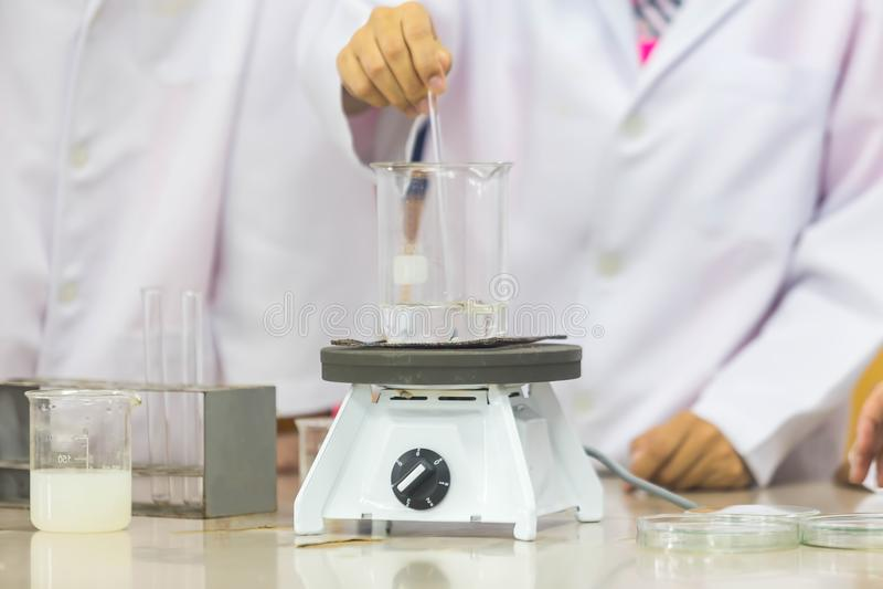 Nachwuchswissenschaftler tun Experimente in den Wissenschaftslabors lizenzfreie stockfotos
