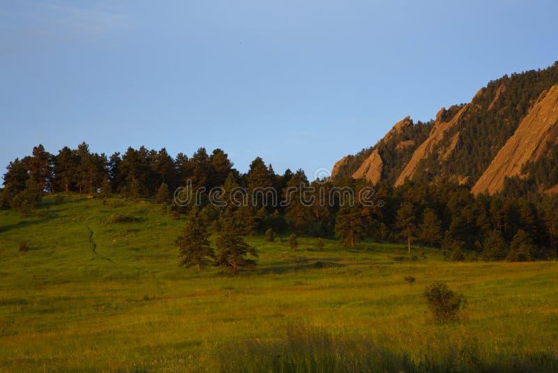 Nachylający Flatirons jest wyróżniającymi pogórzami w głazie, Kolorado obrazy royalty free