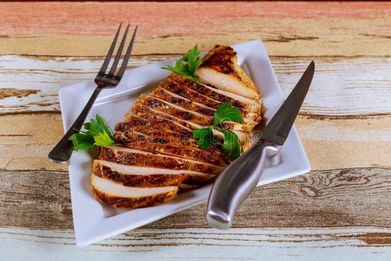 nacięcie piec kurczaka z warzywami, na białym talerzu obraz stock
