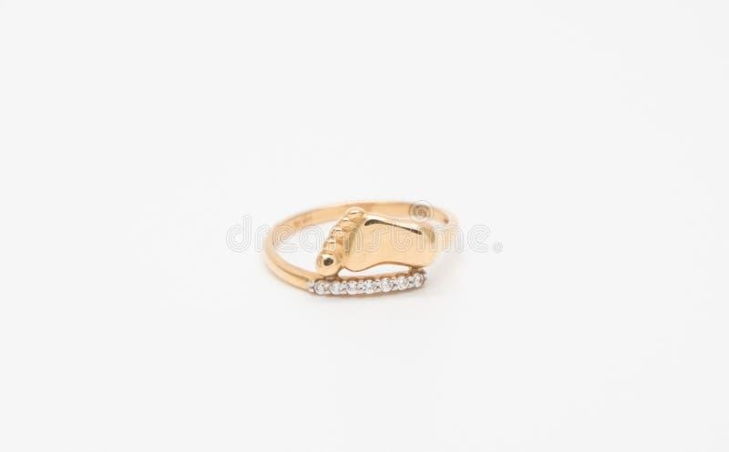 Nacimiento de la boda del compromiso del anillo de diamante del oro de un niño aislado en el fondo blanco imagen de archivo