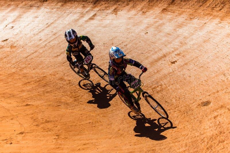 Nacionais finais dos meninos da raça de BMX foto de stock