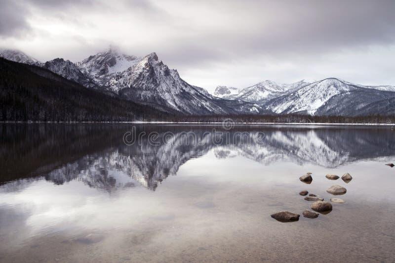 Nacional profundo de Idaho del paisaje del invierno del lago mountain del diente de sierra imagen de archivo libre de regalías