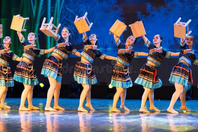 Nacionalidad de la danza-Tujia del banco - danza clásica china foto de archivo