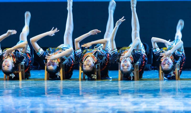 Nacionalidad de la danza-Tujia que agita - danza clásica china imagen de archivo