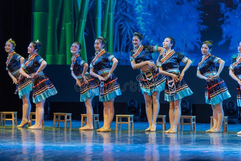 Nacionalidad del agua-Tujia de la corriente de la montaña - danza clásica china fotos de archivo