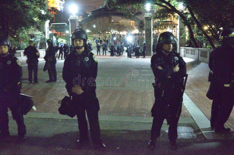 Nacionalista blanco y reyerta anti-Facist de los grupos en Berkeley California céntrico foto de archivo libre de regalías