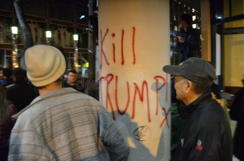 Nacionalista blanco y reyerta anti-Facist de los grupos en Berkeley California céntrico imagenes de archivo