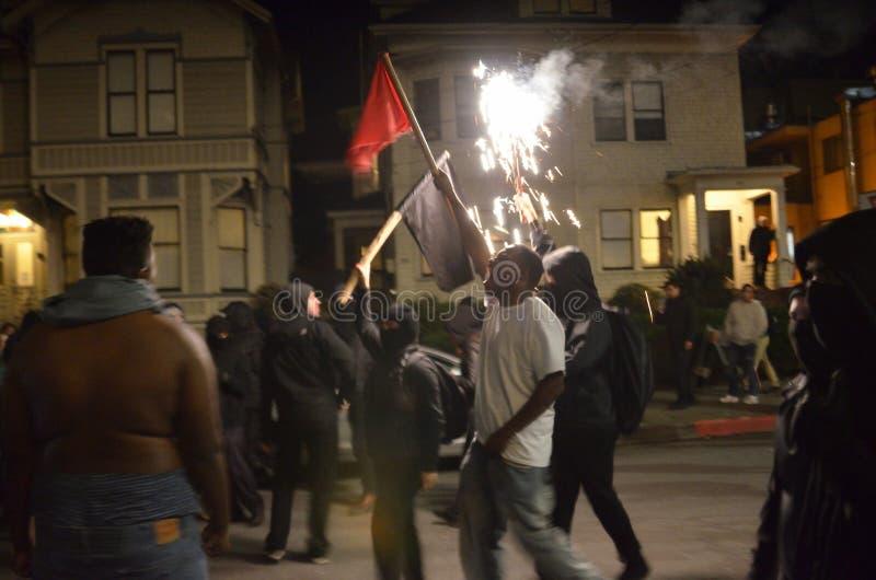 Nacionalista blanco y reyerta anti-Facist de los grupos en Berkeley California céntrico fotografía de archivo libre de regalías