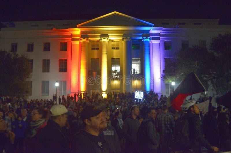 Nacionalista blanco y reyerta anti-Facist de los grupos en Berkeley California céntrico imagen de archivo libre de regalías
