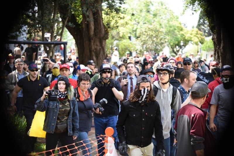 Nacionalista branco e anti-Facist rixa dos grupos em Berkeley California do centro fotos de stock