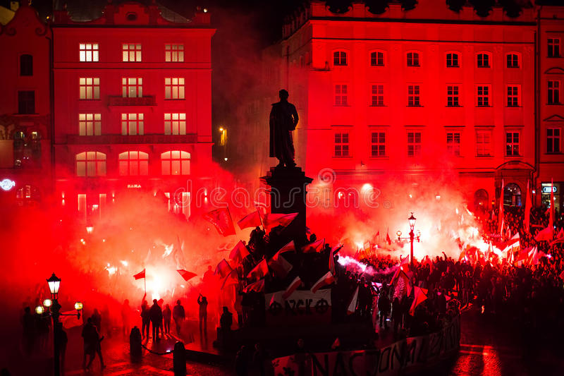 Nacjonalisty protest w centrum Krakow Wokoło 3 000 ludzi wziąć część w Marzec Uwalniam Polska fotografia royalty free