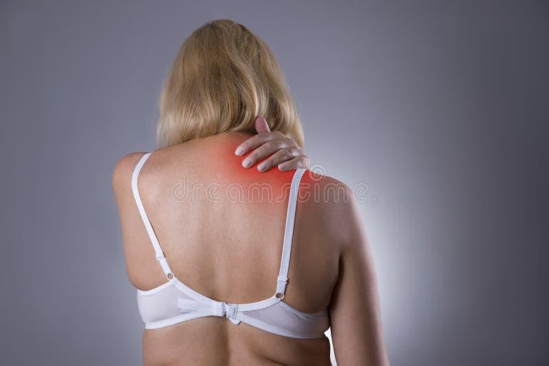 Nackenschmerzen, Massage des weiblichen Körpers, Schmerz in Frau ` s Körper lizenzfreies stockfoto