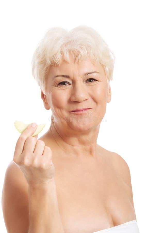 Nackte Alte Holding Ein Stück Eines Apfels. Stockbild