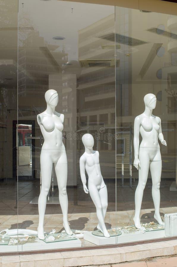 Nackte Attrappen in geschlossenem Kleidungsgeschäft stockfoto