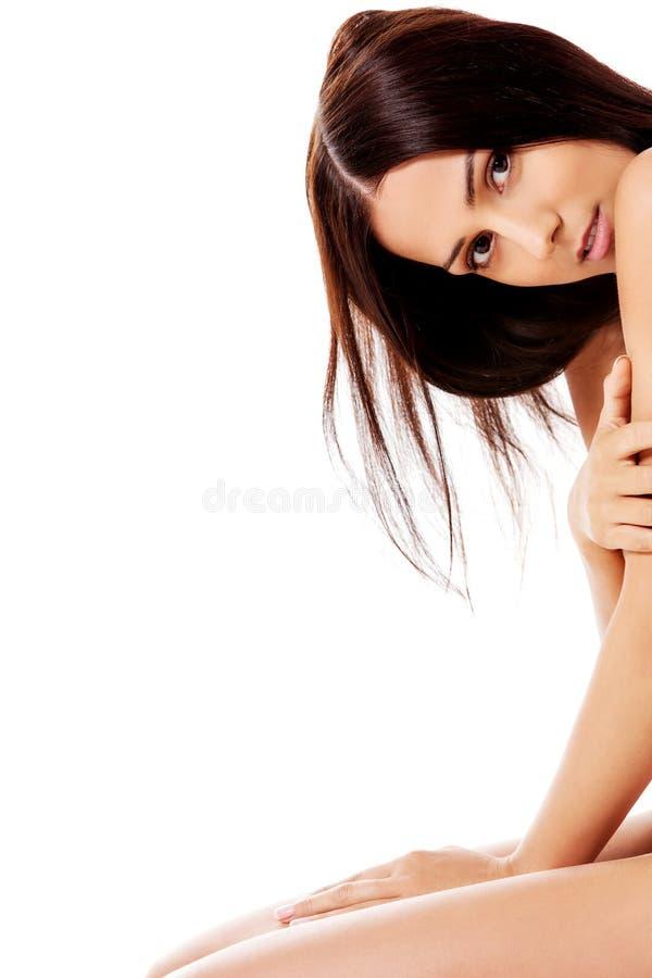 Nackte Frau, die auf dem Boden knit lizenzfreie stockfotografie