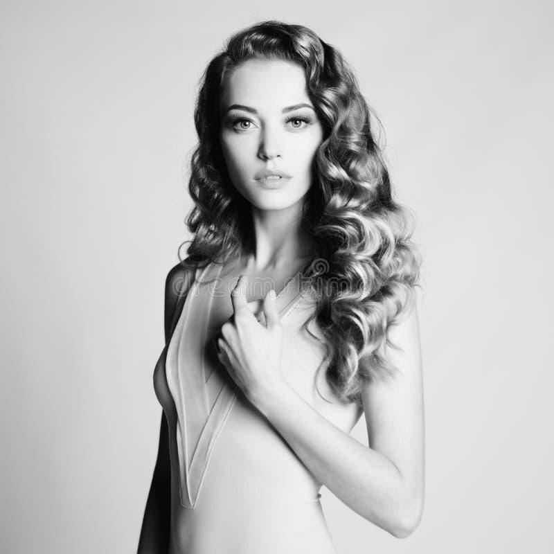 Nackte Frau mit eleganter Frisur auf grauem Hintergrund stockfoto