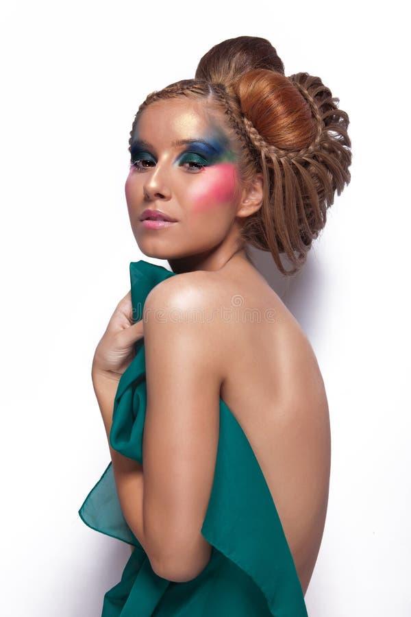 Nackte Frau mit großer Haar- und Make-upbedeckung selbst lizenzfreies stockfoto