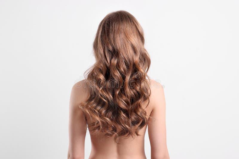 Nackte junge Frau mit dem langen schönen Haar stockfotografie