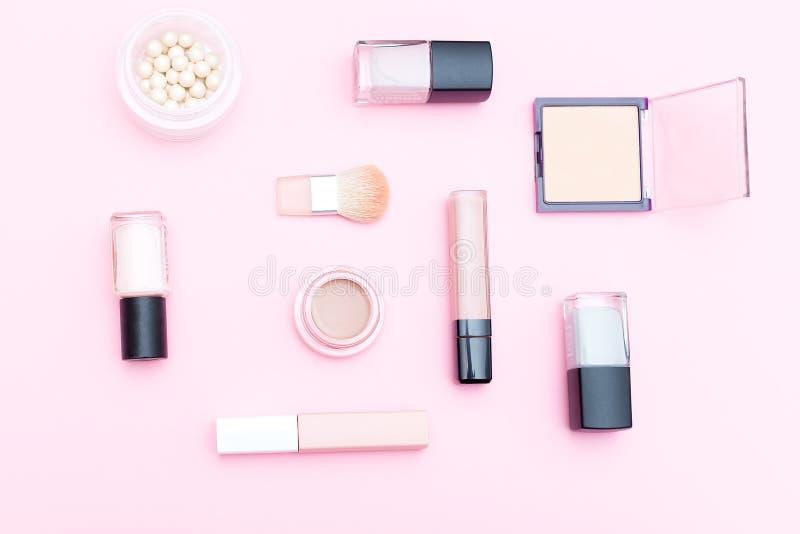 Nackte Kosmetik und Make-upwerkzeuge auf rosa Hintergrund Flache Lage stockbilder