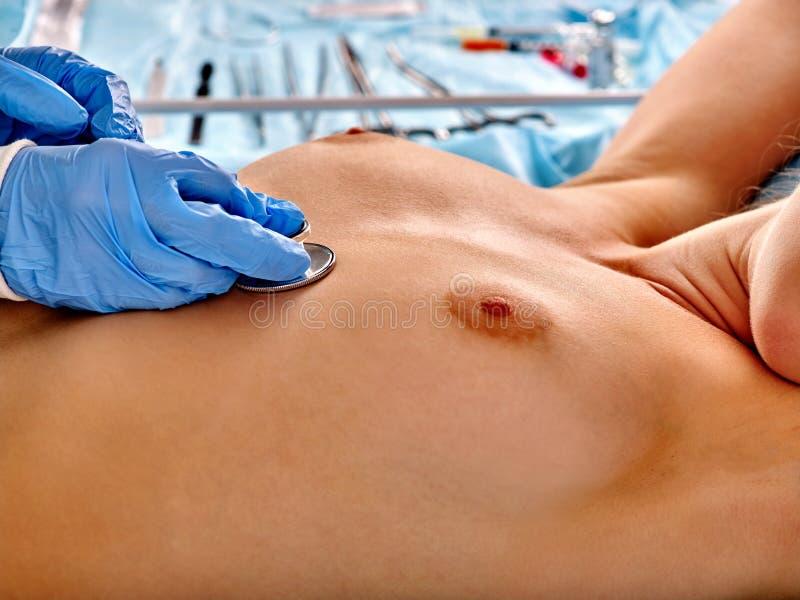 Nackte Weibliche Brüste Mit Stethoskop Stockbild - Bild von doktor ...