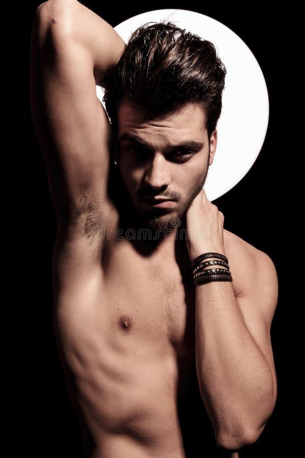 Nackter junger sexy Mann mit der hellen Auraaufstellung stockbilder