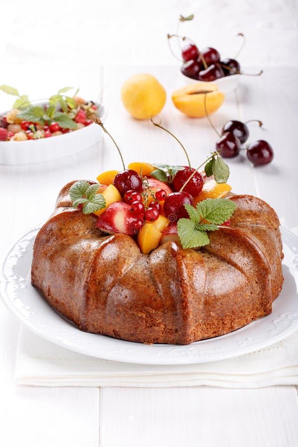 Nackter Kuchen derorated frische Frucht und Beeren lizenzfreies stockbild