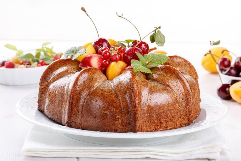Nackter Kuchen derorated frische Frucht und Beeren stockfotos