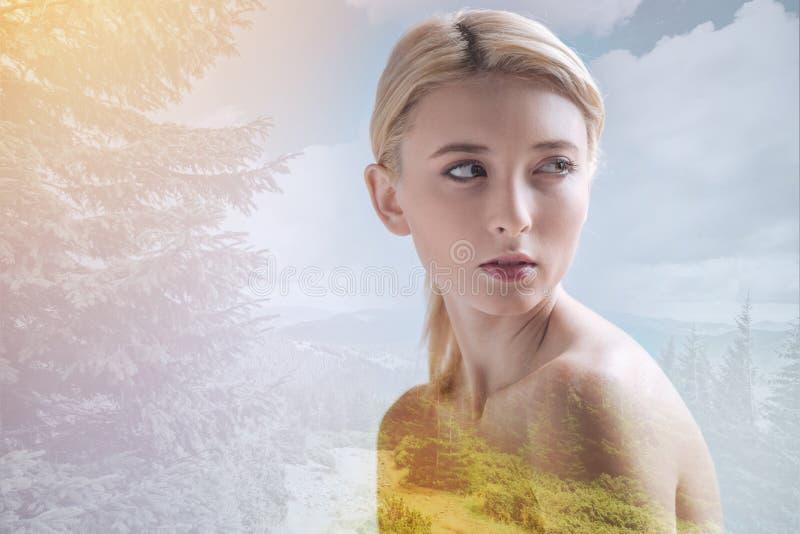 Nacktes Mädchen gegen herrlichen Naturhintergrund stockbilder