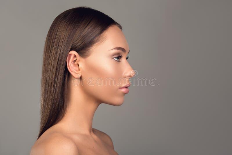 Nacktes Mädchen mit würdevollen Gesichtsfunktionen lizenzfreies stockbild