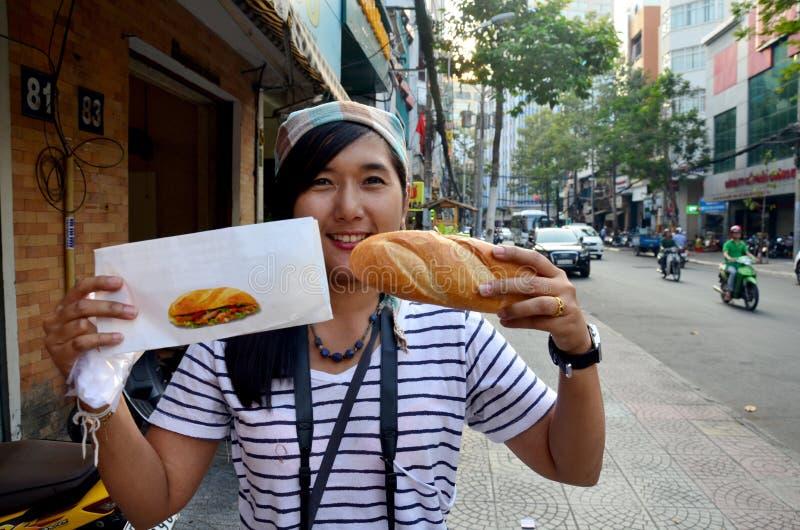 Naco da mostra tailandesa da mulher ou sanduíche francês do baguette imagem de stock