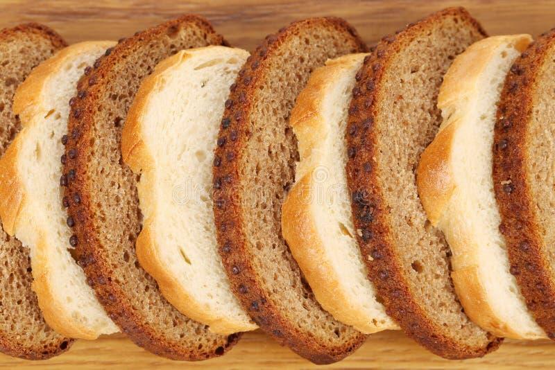 Naco de pão branco e marrom cortado. imagens de stock royalty free