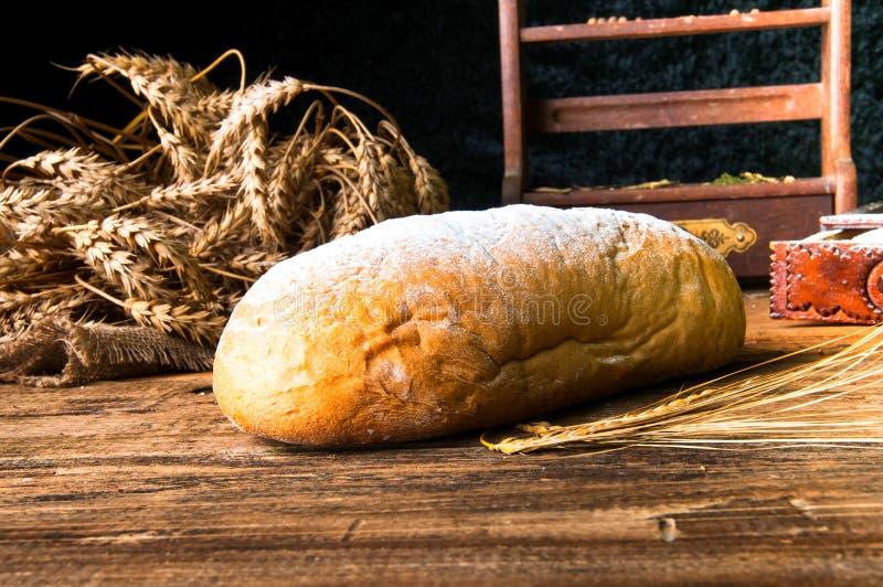 Naco de pão caseiro e de ingredientes fotografia de stock