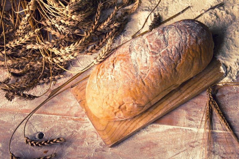 Naco de pão caseiro e de ingredientes imagens de stock royalty free