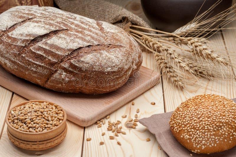 Naco de pão na tabela de madeira imagens de stock