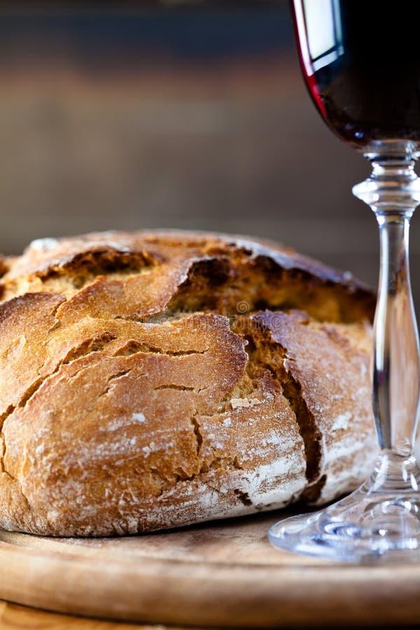 Naco de pão rústico e do vinho vermelho fotos de stock