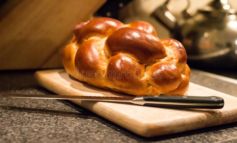 Naco do pão do Chalá com uma faca foto de stock