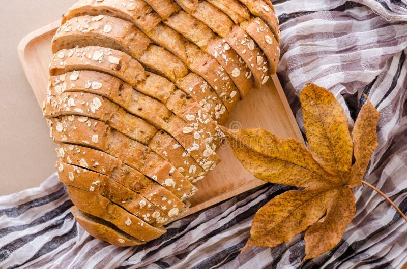 Naco do pão cortado no fundo de madeira do prato fotos de stock royalty free