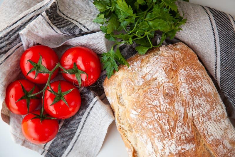Naco do pão fresco com os tomates na tabela fotos de stock royalty free