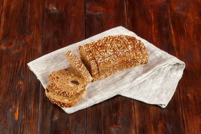 Naco do pão fresco cortado no fundo de madeira escuro fotos de stock