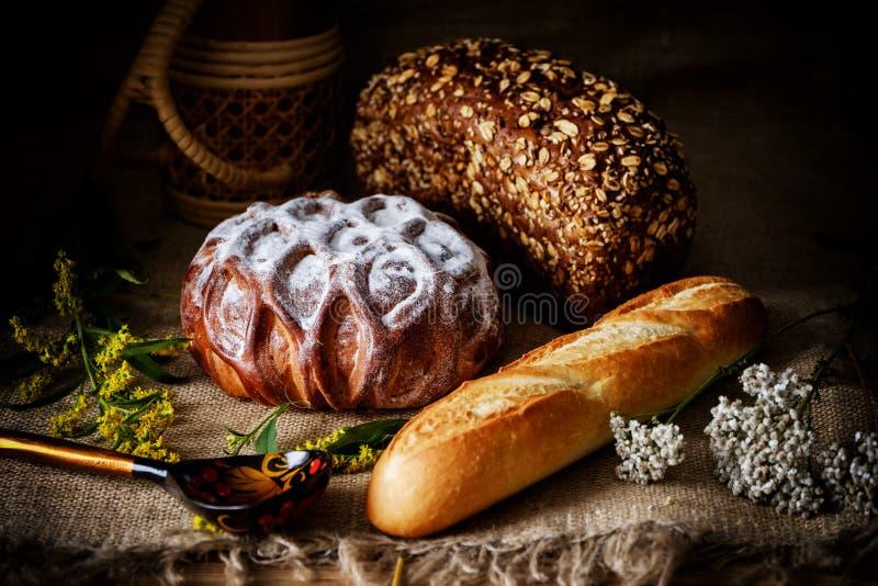 Naco doce do pão branco pulverizado com açúcar, pão de mistura, naco do pão francês em um fundo rústico imagens de stock