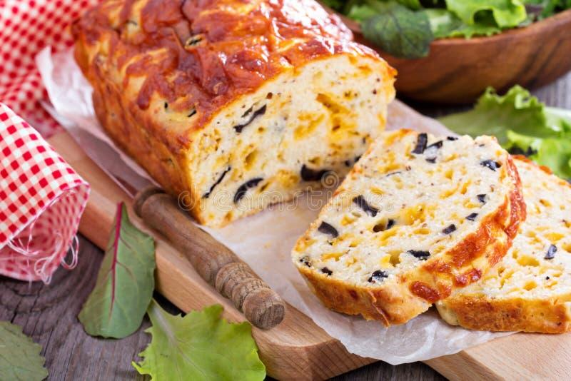 Naco saboroso do queijo com azeitonas foto de stock