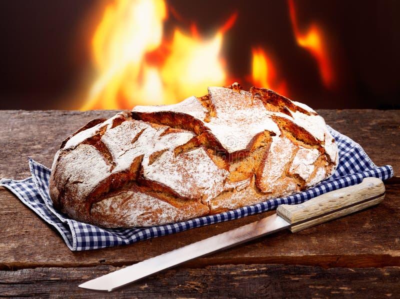 Naco torrado do pão de centeio recentemente cozido foto de stock