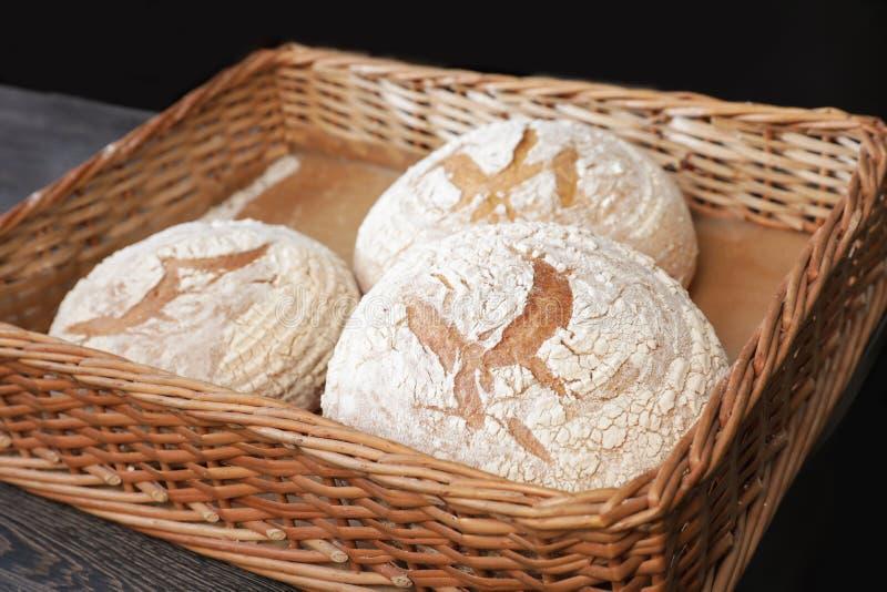 Nacos de pão cozidos na bandeja de vime fotos de stock royalty free