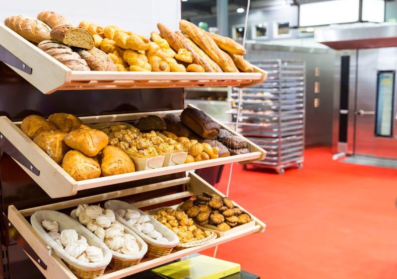 Nacos de pão e de bolos nas prateleiras fotografia de stock