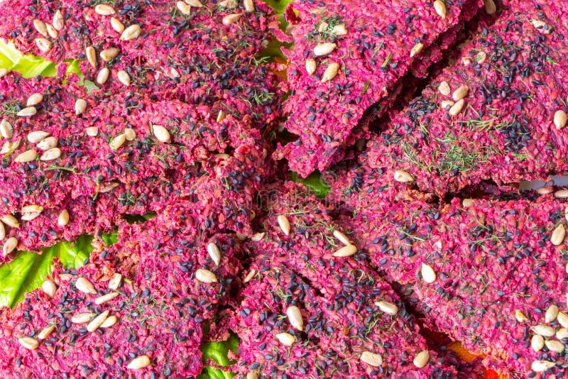 Nacos secos do pão do vegetariano delicioso no fundo verde da alface fotografia de stock