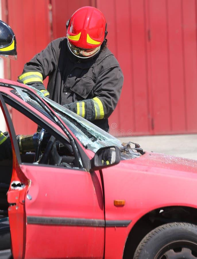 Naczelnego palacza whit czerwony hełm podczas gdy łamający przednią szybę zdjęcie stock