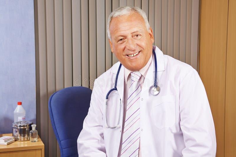Naczelny lekarz w jego szpitalnym biurze zdjęcia royalty free