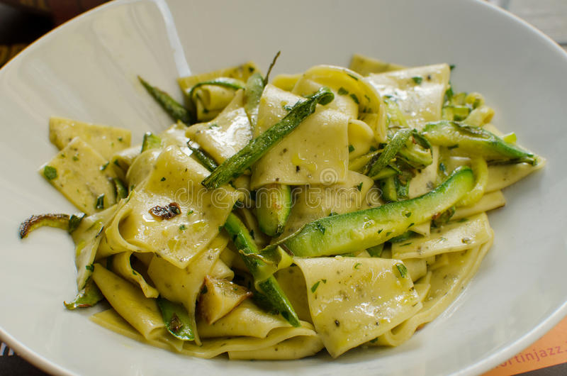 Naczynia ` cenci zucchini ` typowy włoski jedzenie - makaron z zucchini - obraz royalty free