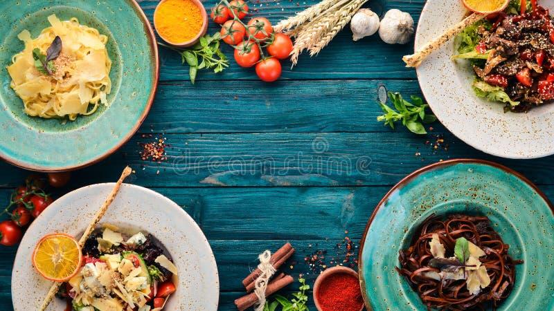 naczynia ustawiaj?cy Makaron z sałatką i błękitnym serem parmesan warzywa i sera fotografia stock